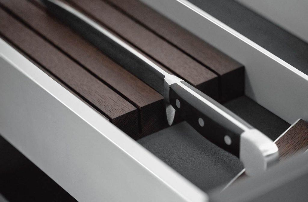 SieMatic Aluminium interieursysteem om een mes op te bergen en scherp te houden.