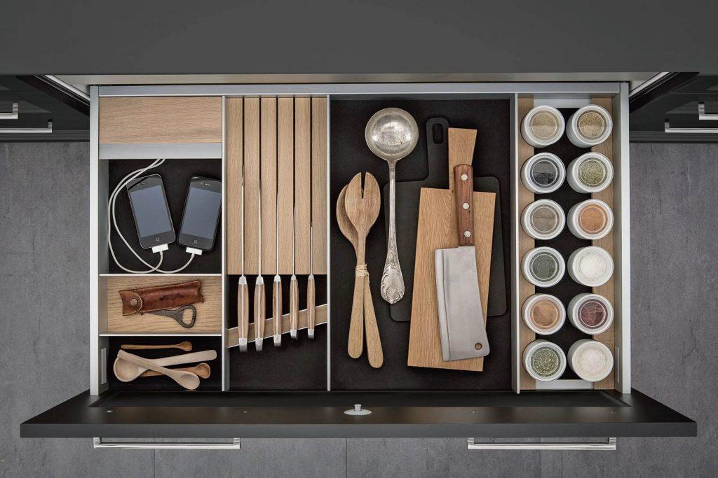 SieMatic Aluminium interieursysteem voor messen, kruiden, en keukengerei.