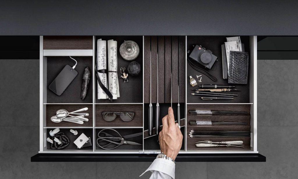 SieMatic Aluminium interieursysteem waarin messen, bestek, eetstokjes en keukengerei wordt opgeborgen.