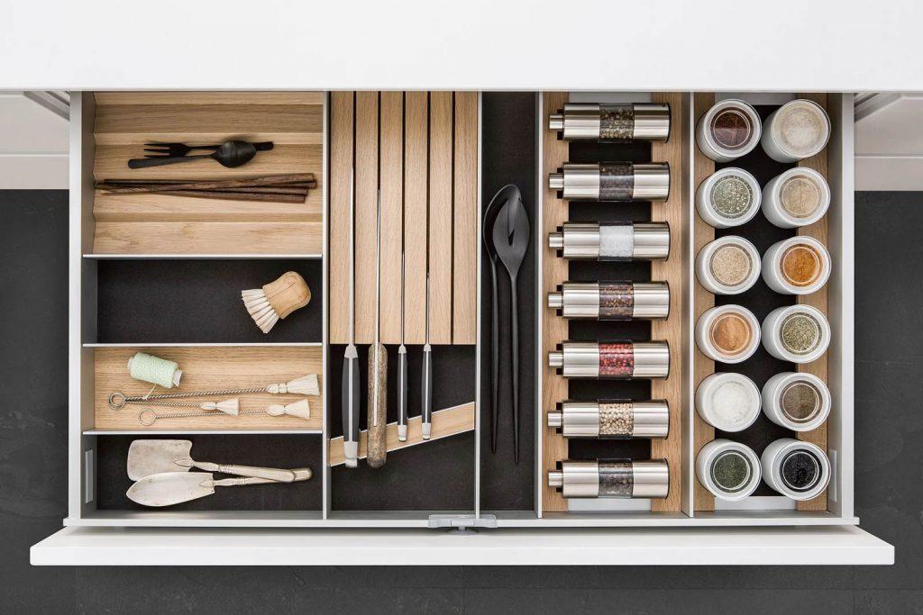 SieMatic Houten interieursysteem voor messen, kruiden, en keukengerei.