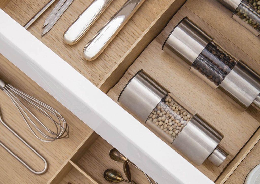 SieMatic Houten interieursysteem om kruiden en keukengerei op te bergen.