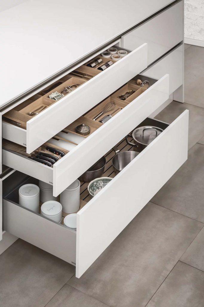 SieMatic Houten interieursysteem om de keuken uitrusting op te bergen. Grote lades om pannen op te bergen en kleine laden om bestek of kruiden op te bergen.