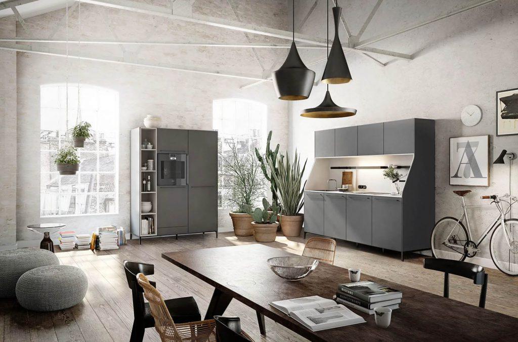 SieMatic Urban keuken met hoge zwarte kasten en een zwart keukenblok van vijf keukenkasten breed. Eén van deze kasten heeft drie lichter gekleurde laden.