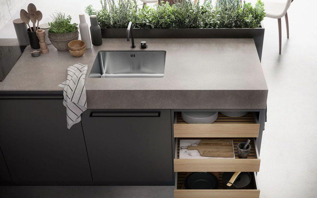 Een SieMatic Urban mat zwart keukenblok. Het blok heeft één grote keukenkast en één klein keukenkastje. Het blok beschikt ook over drie lades die zijn uitgevoerd in een lichte houtskleur.