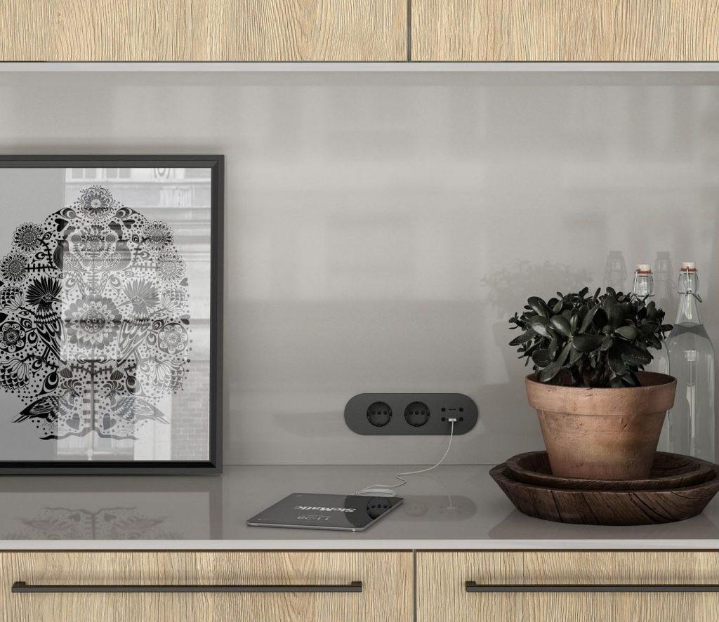 SieMatic Urban keuken met glanzend grijze achterwand. Het keukenblok heeft panelen met een lichte houtkleur.