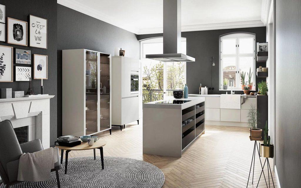SieMatic Urban keuken met open donkerbruine open laden en een wit kookeiland. De grote witte kast beschikt over glazen deuren met een matte afwerking.