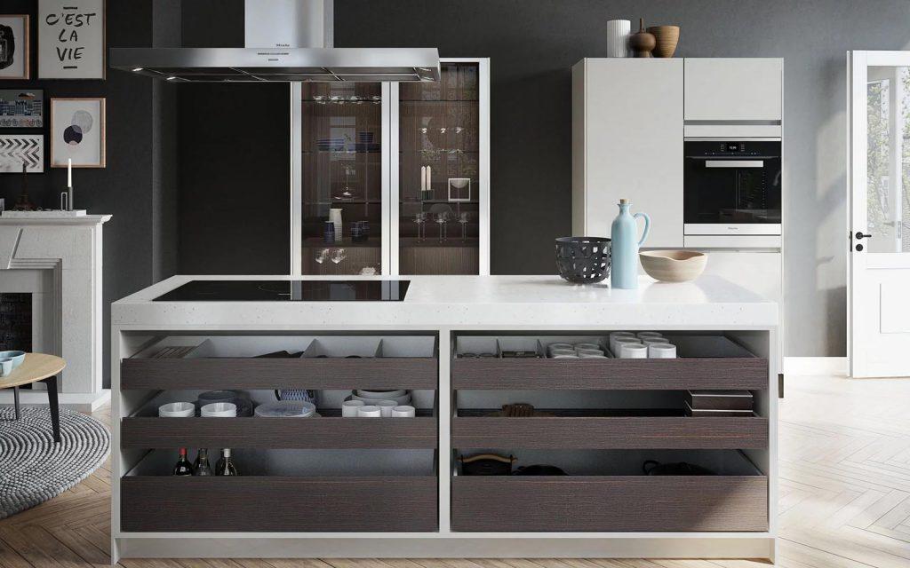 SieMatic Urban keuken met donkerbruine open laden. Dit kookeiland beschikt over een wit werkblad en een ingebouwde kookplaat.
