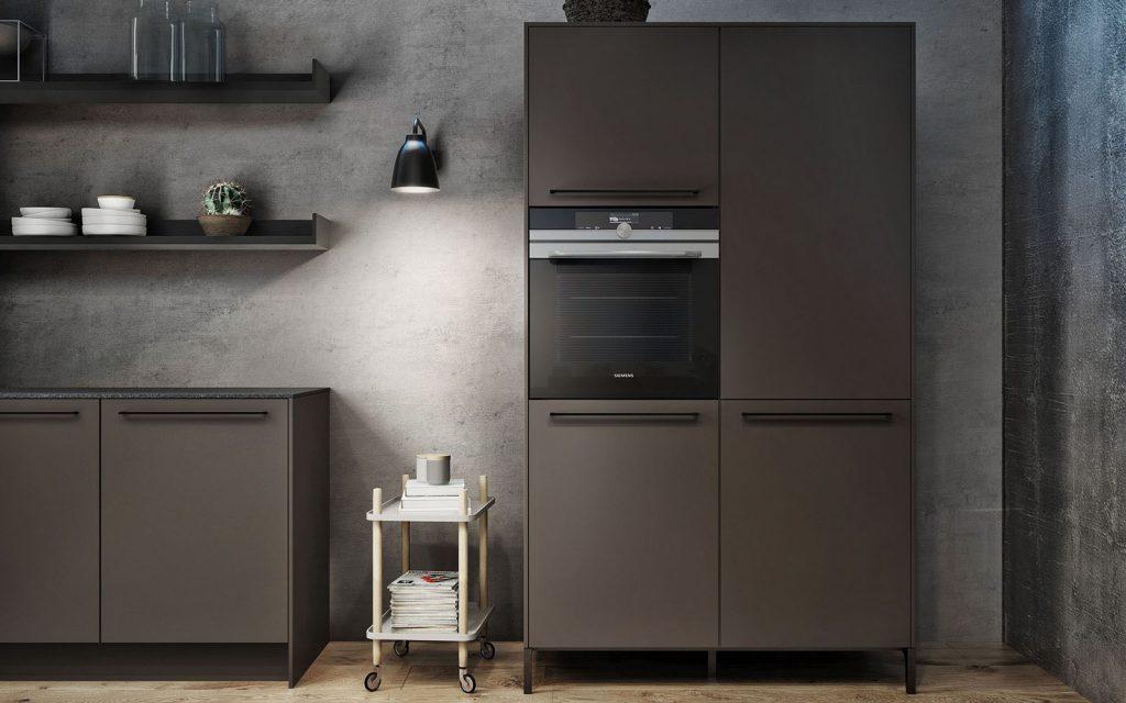 SieMatic Urban donkerbruine keukenkast met drie grote keukenkasten en 1 klein keukenkastje. Dit model heeft een ingebouwde oven.